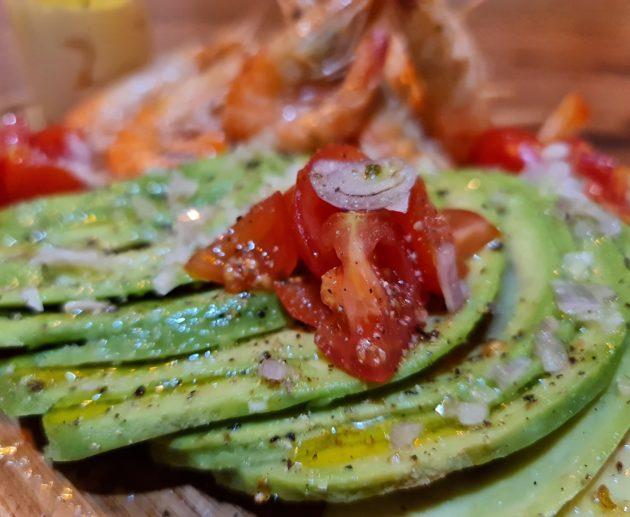 Avocat tropical, échalottes et tomates