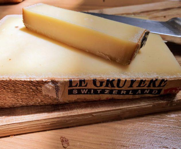 Gruyère suisse coupé